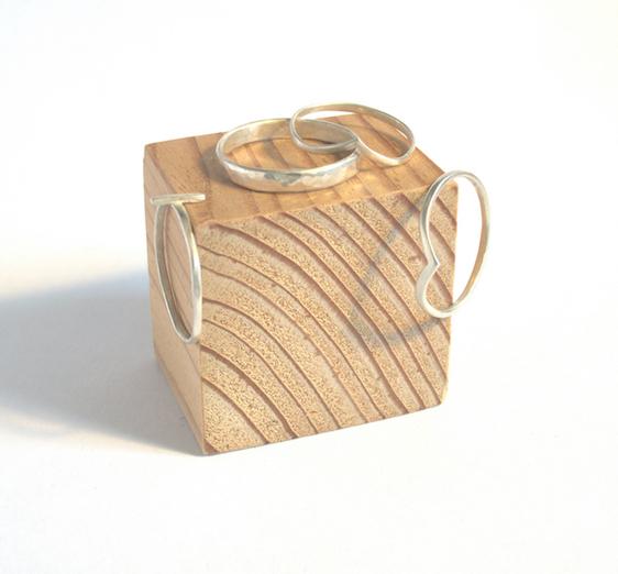 Vier ringen op een houten blokje